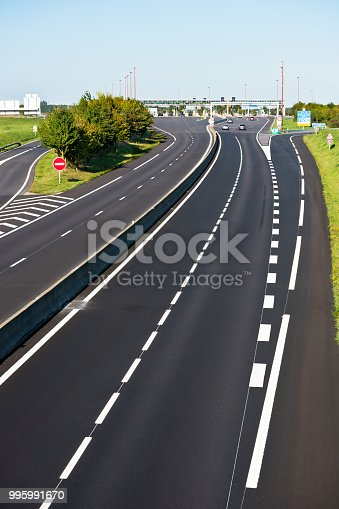 istock Miltilane highway with a toll payment point 995991670