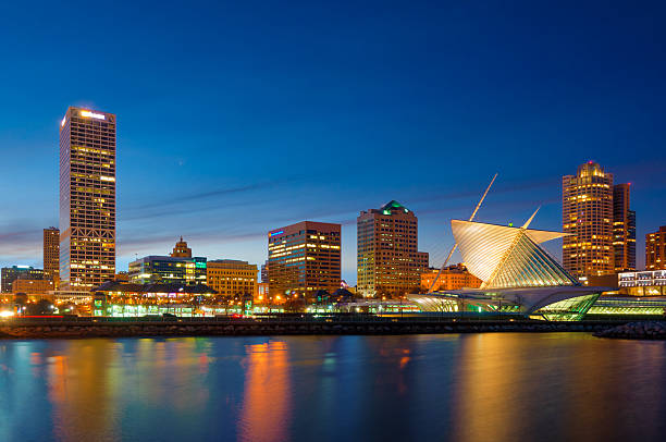 Milwaukee skyline at sunset, including the Milwaukee Art Museum Miwaukee skyline at sunset / dusk, including the Milwaukee Art Museum and the shores of Lake Michigan. milwaukee wisconsin stock pictures, royalty-free photos & images