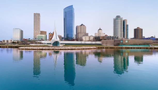 Milwaukee Skyline spiegelt sich in den ruhigen Wassern des Lake Michigan. – Foto