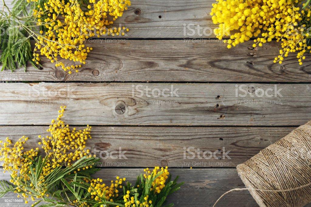 Mimosen Blüten auf grauem Hintergrund aus Holz. alten Holztisch. Platz für Text zu kopieren. Schnur-roll – Foto