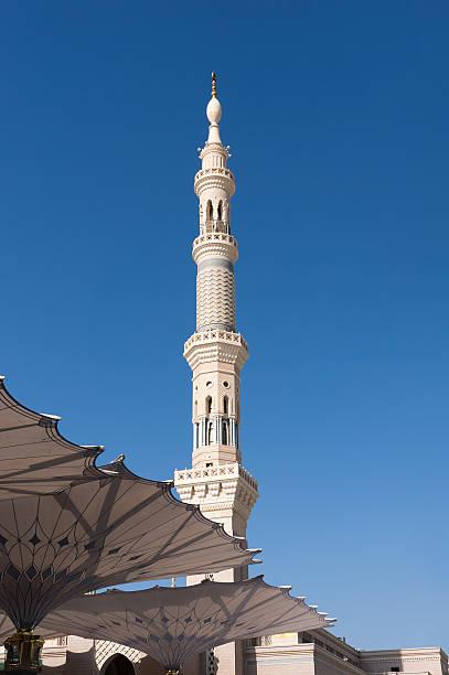 minarets et de grands parasols de mosquée nabawi - omra photos et images de collection