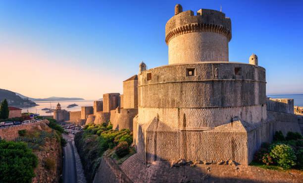 minceta-toren en de stadsmuren van dubrovnik, kroatië - versterkte muur stockfoto's en -beelden