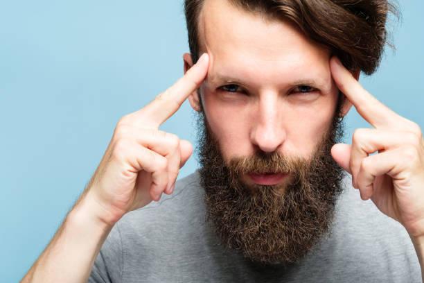 mind games mentalist konzentration gehirn macht mann - gedanken lesen stock-fotos und bilder