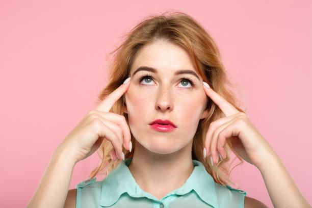 mind games telepathie mädchen konzentrieren hirnleistung - gedanken lesen stock-fotos und bilder