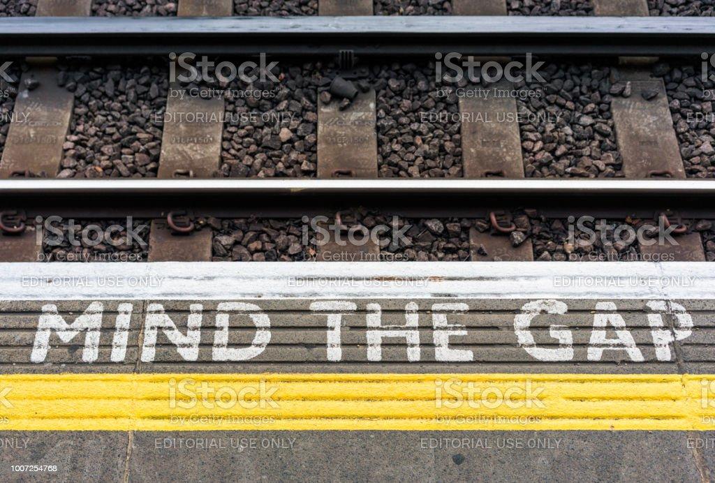 Mind The Gap Zeichen auf einer Londoner U-Bahn Station-Plattform – Foto
