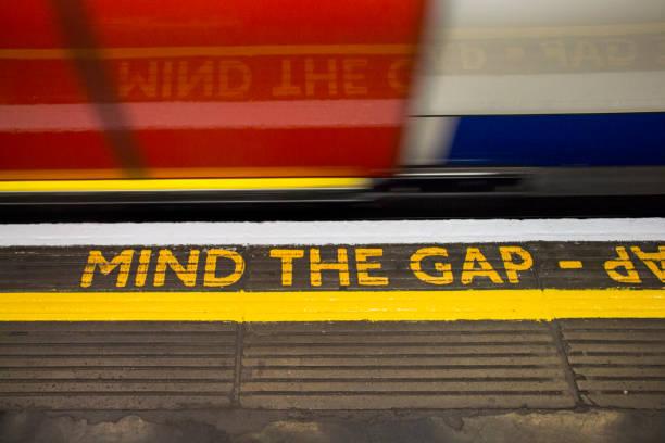 Dagegen Sie die Lücke Zeichen auf London unterirdisch – Foto
