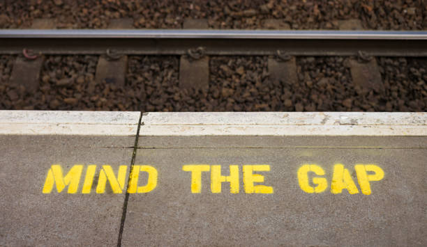 mind the gap warnschild am bahnsteig - trennungssprüche stock-fotos und bilder