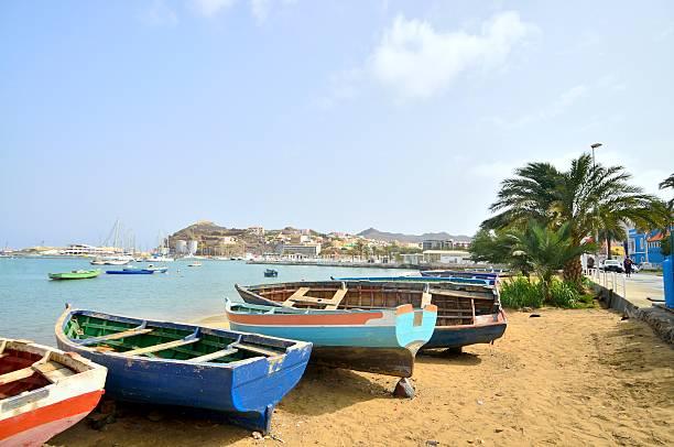 mindelo gestrandet rowboats - kapverdische inseln stock-fotos und bilder