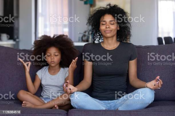 Indachtig Afrikaanse Moeder Met Grappige Jongen Dochter Samen Yoga Te Doen Stockfoto en meer beelden van Aanraken