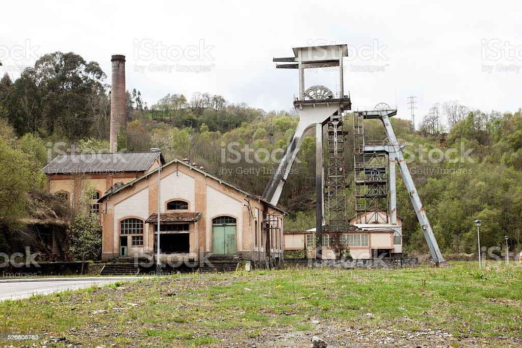 Pozo de mina y edificio industrial en Asturias, España - foto de stock