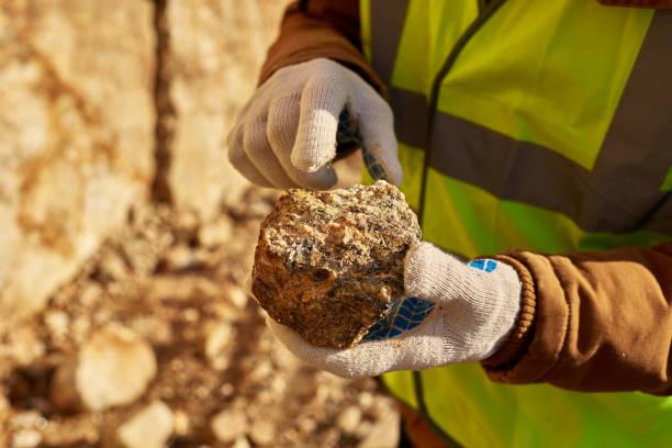 górnik holding kawałek minerału - minerał zdjęcia i obrazy z banku zdjęć