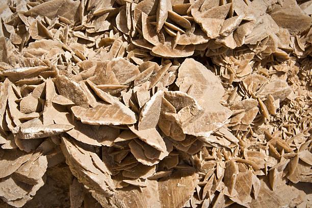 minéraux aux pierres du désert (sable rose) gros plan fond - rose des sables photos et images de collection