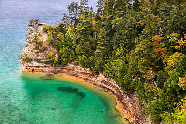 miner's castle at pictured rocks - meeroever stockfoto's en -beelden