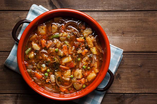 minestrone im topf - hausgemachte tomatensuppen stock-fotos und bilder