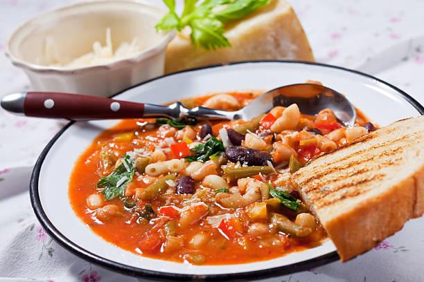 minestrone zuppa di pane - minestrone foto e immagini stock