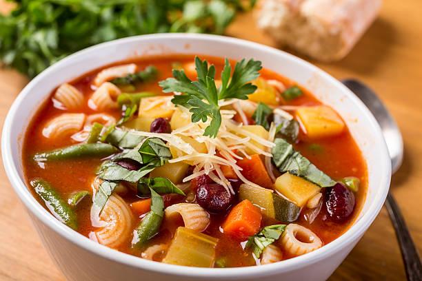 minestrone minestra con pasta di fagioli e verdure - minestrone foto e immagini stock