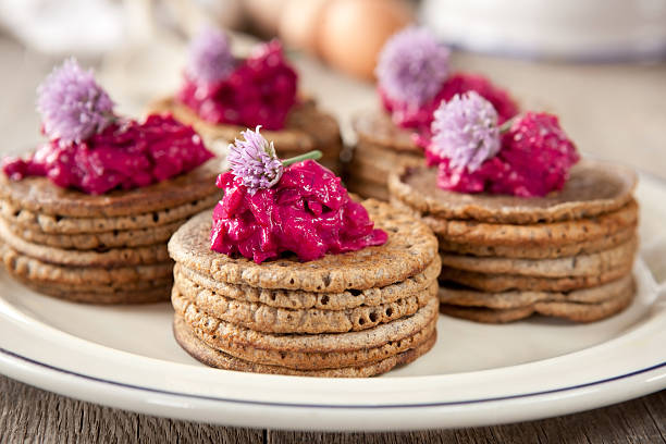 mini-buchweizen pfannkuchen - buchweizenpfannkuchen stock-fotos und bilder
