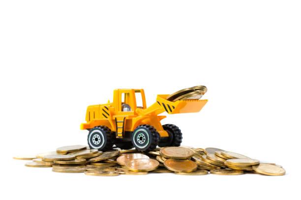 Mini buldozer kamyon altın sikke yığını ile yığın sikke yükleme, kopya alanı ile beyaz arka plan üzerinde izole, iş finans ve bankacılık sanayi konsepti. stok fotoğrafı