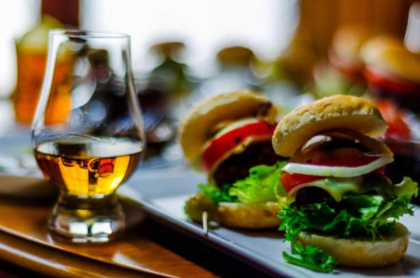 mini hambúrgueres com carne, legumes, queijo e outros recheios, pão polvilhado com sementes de gergelim, mini fast-food - foto de acervo