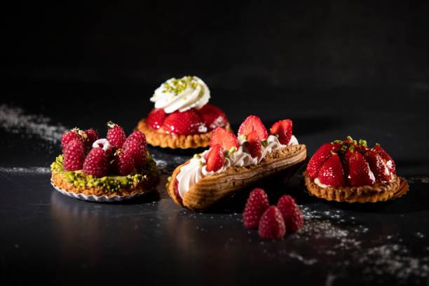 mini gebak assortiment met rode vruchten - deeggerechten stockfoto's en -beelden
