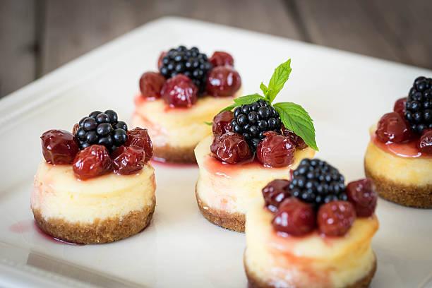 mini cheesecake with cherry - obst käsekuchen stock-fotos und bilder