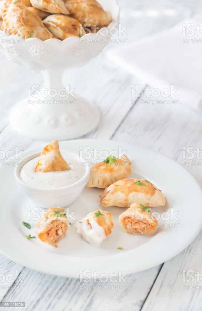 Mini kip taarten met romige looksaus - Royalty-free Bord - Serviesgoed Stockfoto