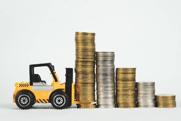 Sikke yığını ile mini Forklift kamyon, iş finansmanı ve bankacılık sanayi kavramı. stok fotoğrafı