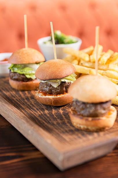 mini-hamburger und Pommes frites – Foto