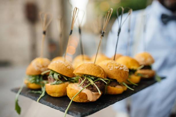 Mini hamburger avec feuille de salade, servi sur la plaque sur la table de restaurant - Photo