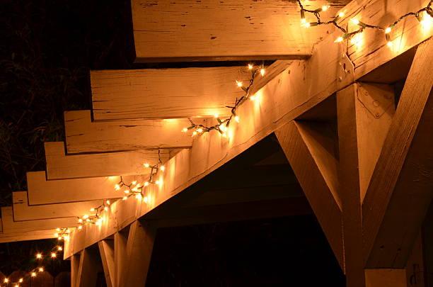 mini-lichter auf dem dach - terrassen lichterketten stock-fotos und bilder