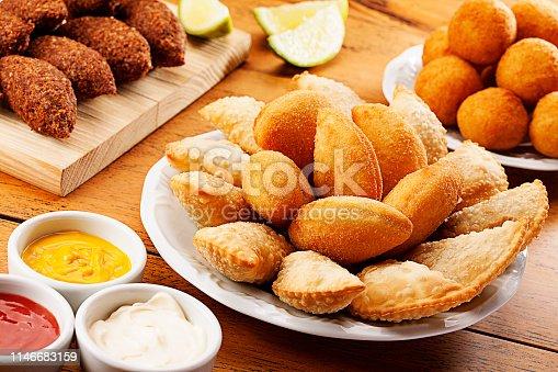 Salgados, torta de frango, empadão de frango, pão de queijo, salgados recheados, salsichas, camarões empanados, torta frias, q