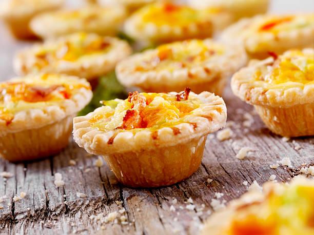 mini quiche au bacon et fromage cheddar - quiche photos et images de collection