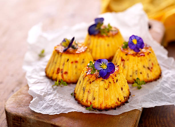 mini spicy cheese cake with edible flowers - quarkmuffins stock-fotos und bilder