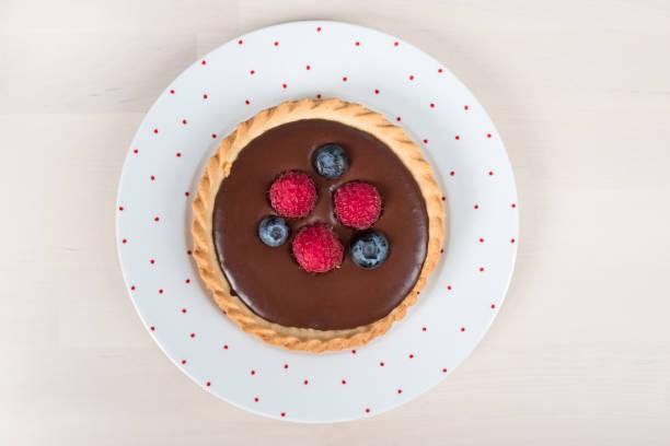 mini-torte für schokoladenliebhaber - himbeerzuckerguss stock-fotos und bilder