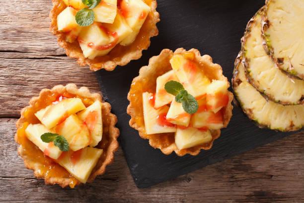 mini-torte mit frischer ananas und marmelade closeup. horizontale ansicht von oben - ananaskuchen stock-fotos und bilder