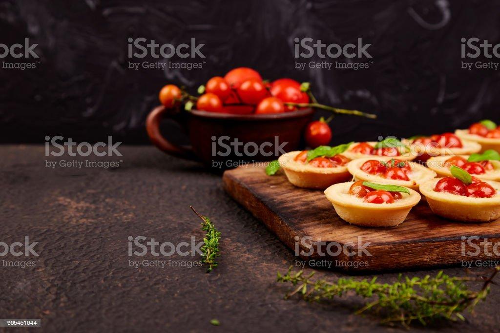 Mini tortas com tomate cereja - Foto de stock de Alimentação Saudável royalty-free