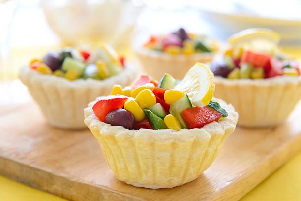 Mini-Törtchen mit Salat von Mais und Bohnen und avocado – Foto