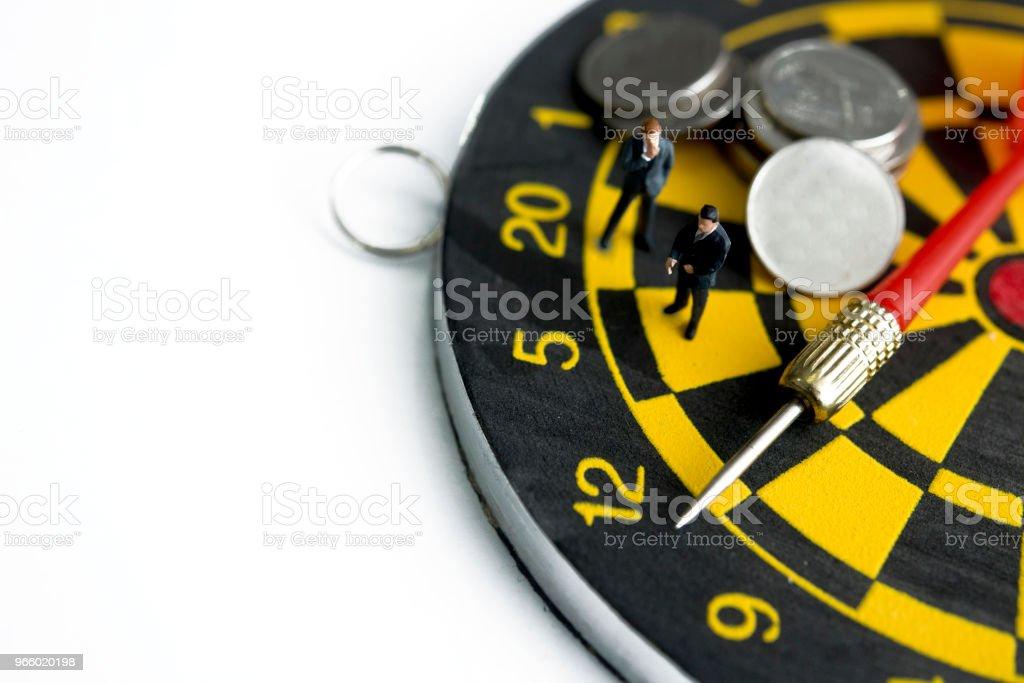miniatuur zakenman permanent op dart bord planning en denken - Royalty-free Aspiraties Stockfoto
