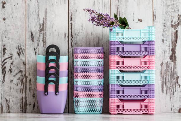 miniatur bunten kunststoff-etuis für den hausgebrauch - küche deko lila stock-fotos und bilder