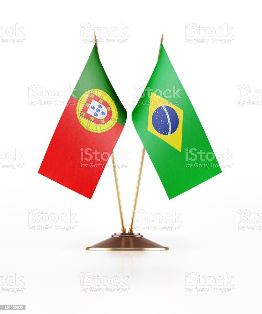 Miniatura de banderas de Portugal y del Brasil sobre fondo blanco - foto de stock