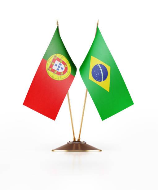 Miniatura de bandeiras de Portugal e Brasil em fundo branco - foto de acervo