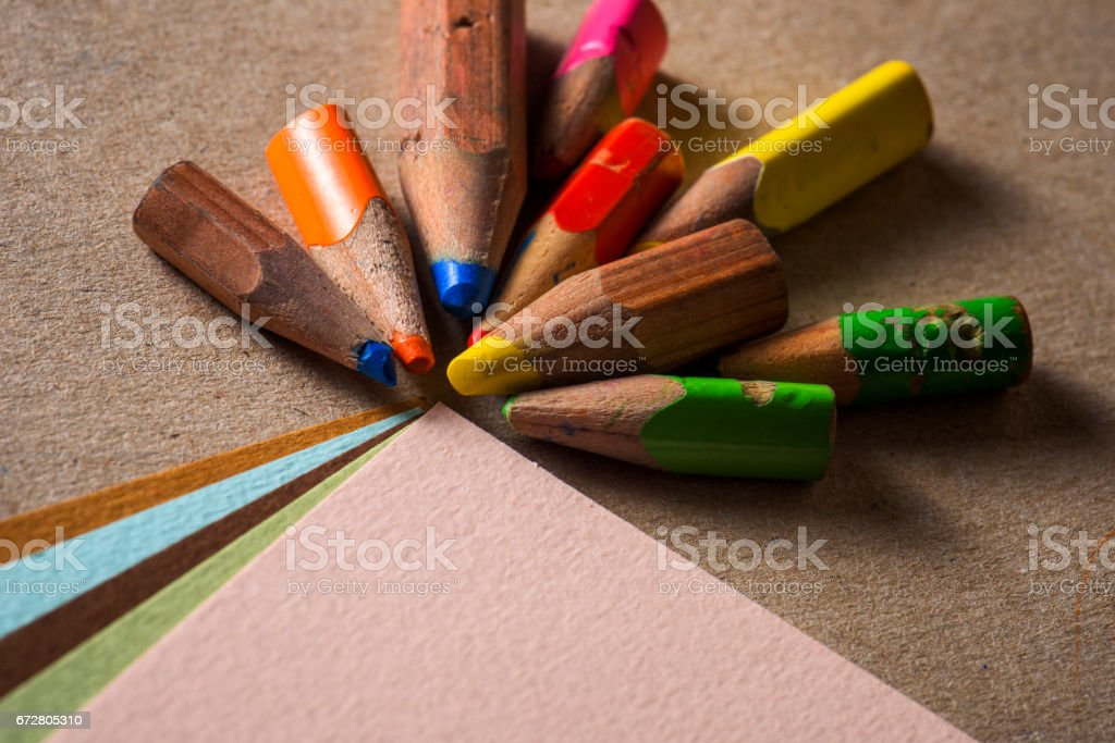 Miniature pencils and different drawing papers. – Foto