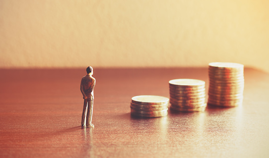 Miniature People Looking Future With Stack Coin About Financial And Money Savings Concept - Fotografie stock e altre immagini di Adulto