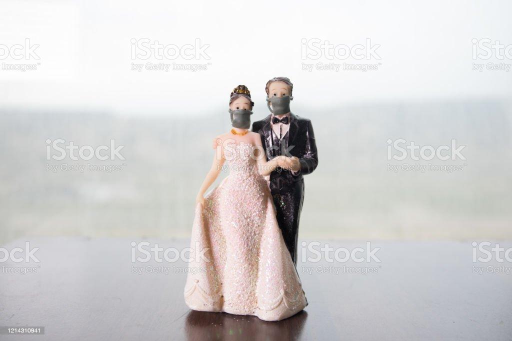 미니어처 인물 : 시장에서 바이러스로부터 보호하기 위해 마스크를 쓰고 있는 상인과 시민들. 사람들은 새로운 유형 COVID-19 폐렴을 방지하기 위해 마스크를 착용. 코로나 바이러스 와 코비드-19 � - 로열티 프리 COVID-19 스톡 사진