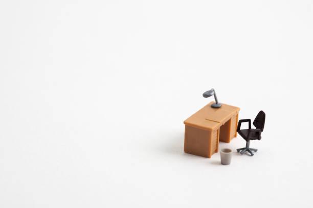 白色背景的微型桌子和椅子 - 公仔 個照片及圖片檔