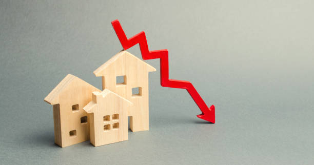 Miniature wooden houses and a red arrow down. The concept of low cost real estate. Lower mortgage interest rates. Falling prices for rental housing and apartments. Reducing demand for home buying Miniature wooden houses and a red arrow down. The concept of low cost real estate. Lower mortgage interest rates. Falling prices for rental housing and apartments. Reducing demand for home buying interest rate stock pictures, royalty-free photos & images