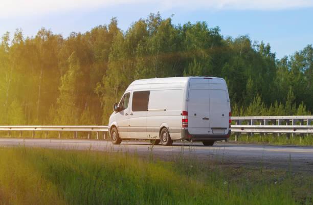 bus fährt auf dem land-highway  - autotransporter stock-fotos und bilder