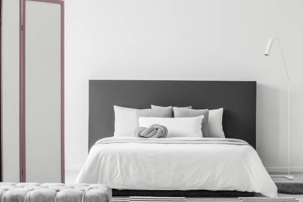 minimale schlafzimmer innenraum - monitor wandhalterung stock-fotos und bilder