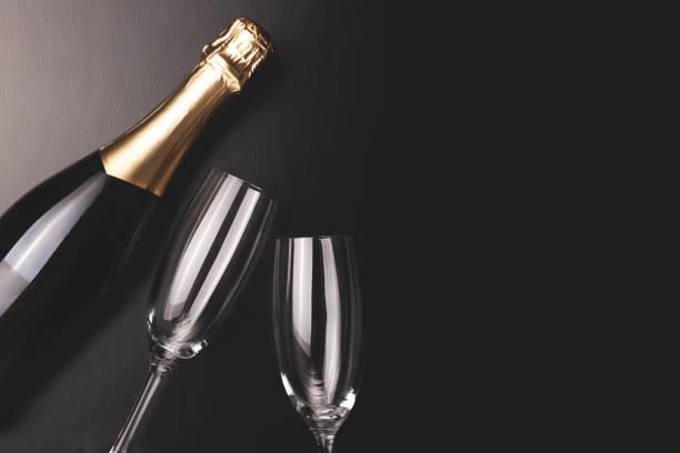 Minimale Zusammensetzung mit Champagnerflasche und zwei Gläsern. – Foto