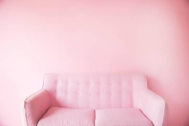 minimal von rosa sofa-hintergrund - hellrosa zimmer stock-fotos und bilder